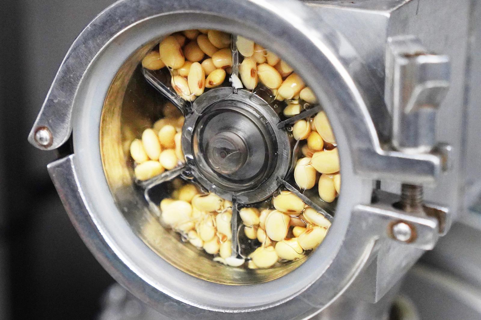隨經研究證明,大豆中多數營養成分殘留在豆渣中,一般豆渣含水分85%、蛋著科學的發展,人類文化素質的提高,人們已從營養學的角度開始重新認識豆渣。白質3.0%、脂肪0.5%、碳水化合物(纖維素、多糖等)8.0%。此外,豆渣還含有鈣、磷、鐵等礦物質,營養價值也是不容小覷! | 改變生命的豆漿店 | 禾乃川國產豆製所