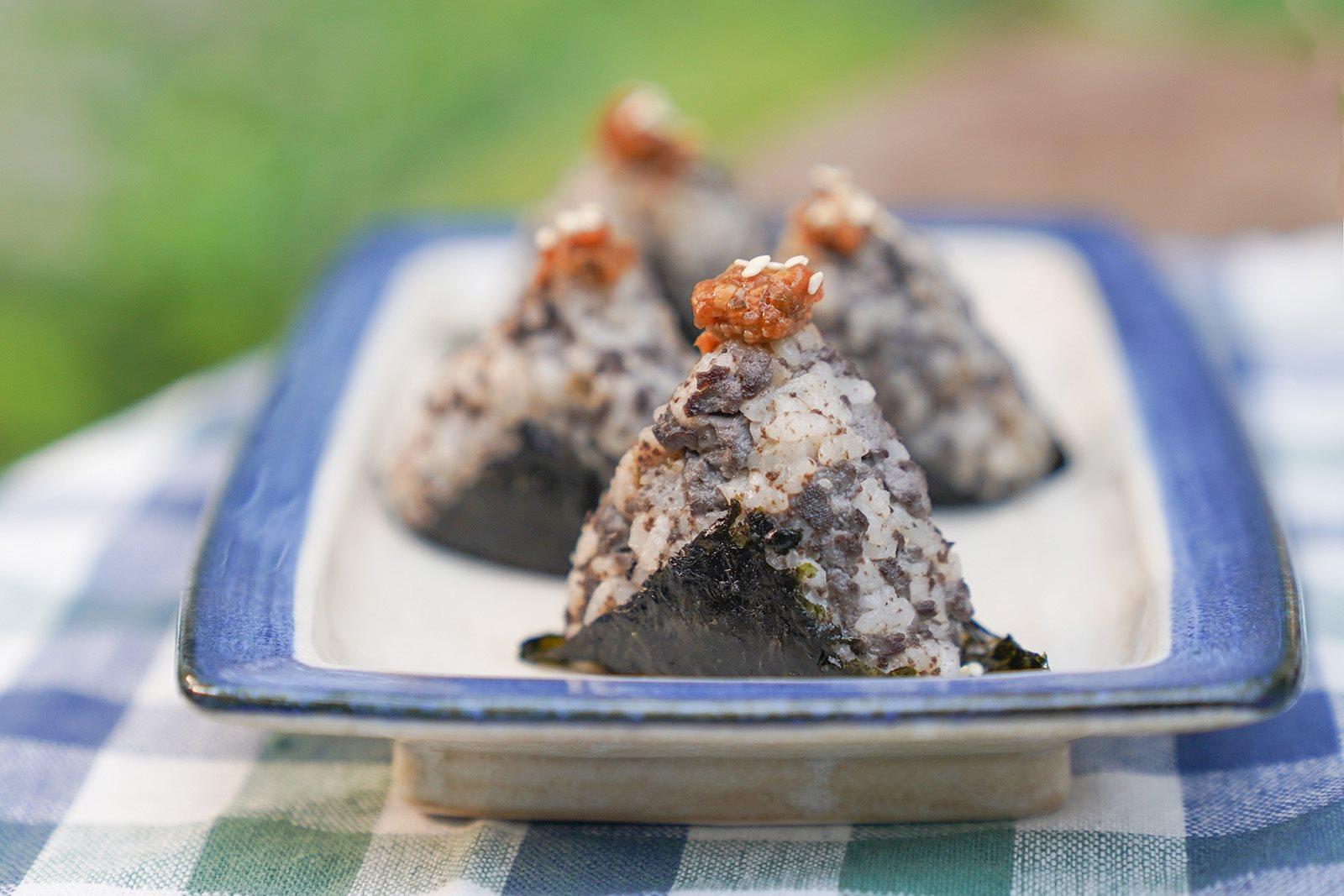 享用美食前的元氣補給:辛味噌黑豆腐飯糰|禾乃川小廚房